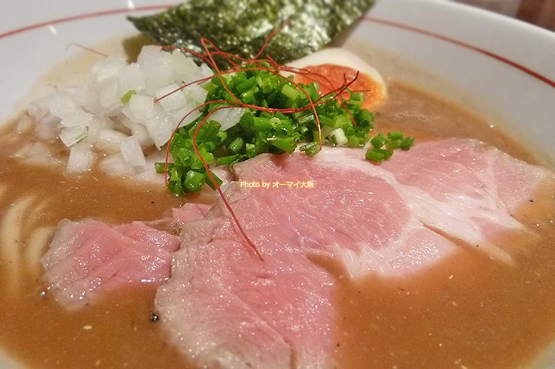 話題のラーメンを生み出す「麺と心7」の「たまり醤油の煮干白湯ラーメン」のチャーシューです。