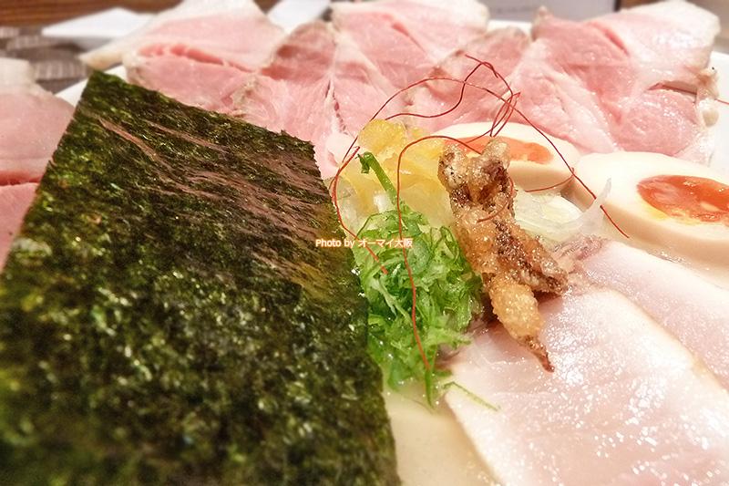 名店「麺と心7」の「魚介そば 極」は2種類のチャーシューが人気です。