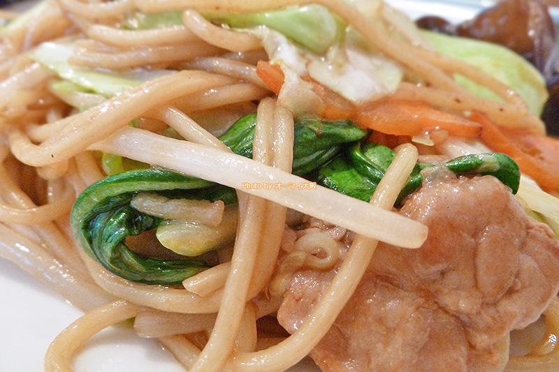 中華料理「双琉(そうりゅう)」の香ばしいオイスターソース焼きそば。オイスターソース焼きそばだけでおなかいっぱいになるボリュームです。