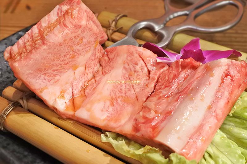 人気の焼肉店「万両 南森町店」が誇る「韓式骨付カルピ」の正体は「特上カルビ」です。