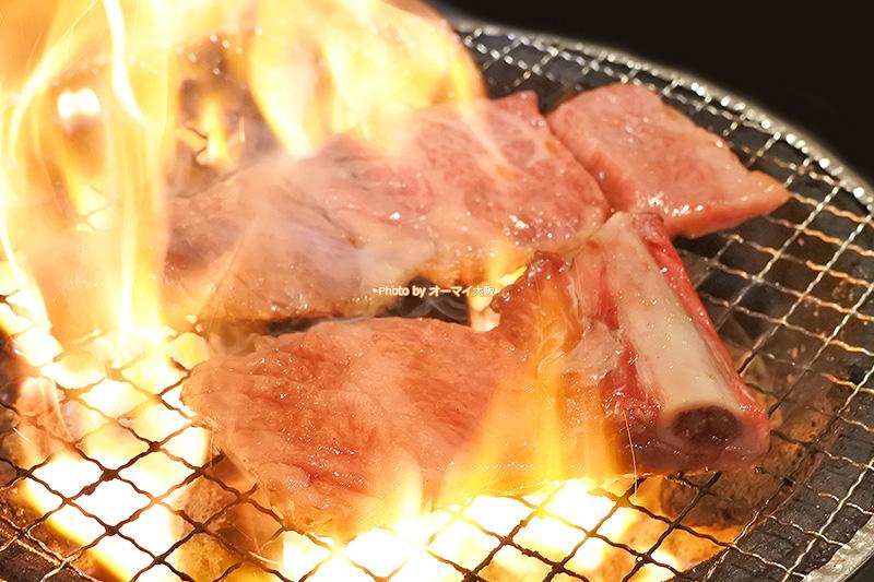 希少部位の「韓式骨付カルピ」は焼いた瞬間、脂が溶け出します。