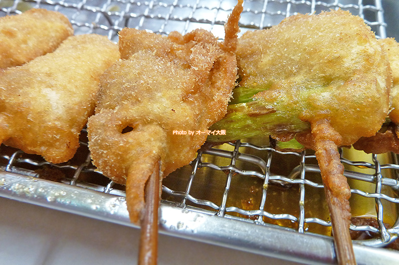 人気店「てんぐ」のどて焼きの次は名物の串カツを注文します。