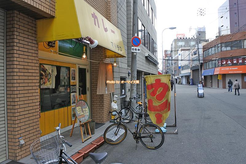 カレー専門店「マドラス」の外観です。大通りから一本入ったところにあります。
