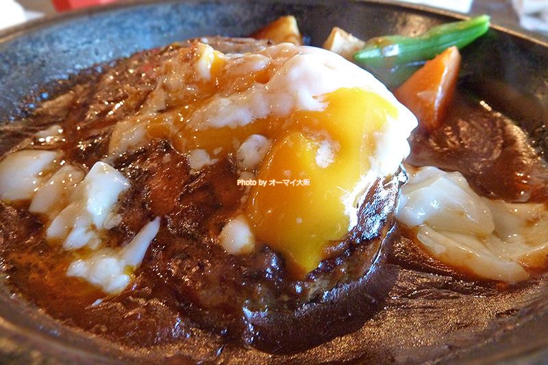 半熟卵は「ボストン 蒲生店」のハンバーグとよく合います。