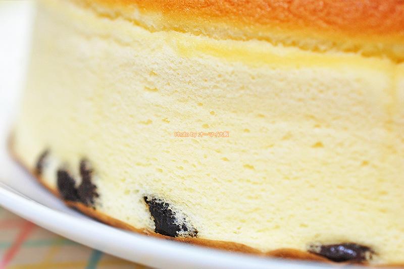 チーズケーキのアクセントはレーズン。散りばめられたレーズンこそ「りくろーおじさん」の大きな特徴です。
