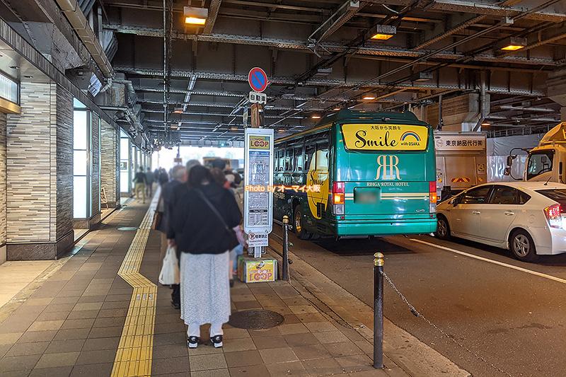 宿泊客や利用客が並ぶ「リーガロイヤルホテル大阪」の無料シャトルバス乗り場です。