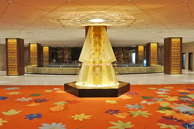 オレンジのカーペットが鮮やかな「リーガロイヤルホテル大阪」のロビーとフロントです。