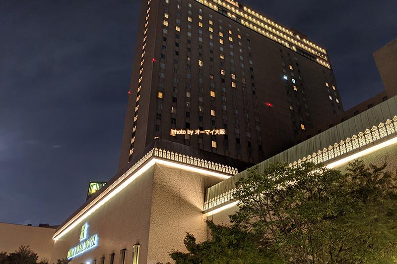 ライトアップされた夜景がキレイな「リーガロイヤルホテル大阪」の外観です。