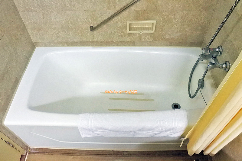 バスタブは決して新しいわけじゃありませんが、広さも大きさも申し分なく、風呂に入ってくつろぐことができます。
