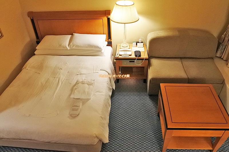ベッドは幅140センチのクイーンサイズです。