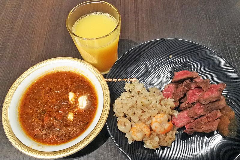 柔らかく煮込んだ牛肉入りのビーツスープはサワークリームを入れるとクセになるおいしさです。