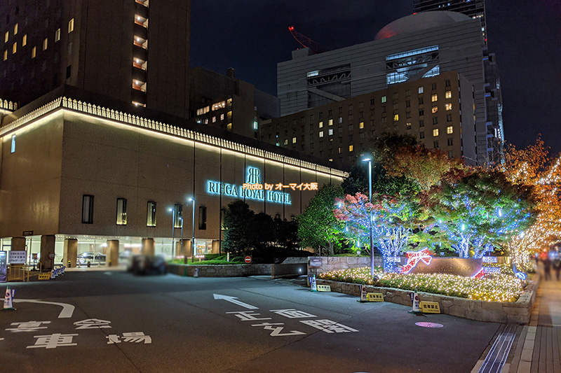 ライトアップされた姿も美しい「リーガロイヤルホテル大阪」の外観です。