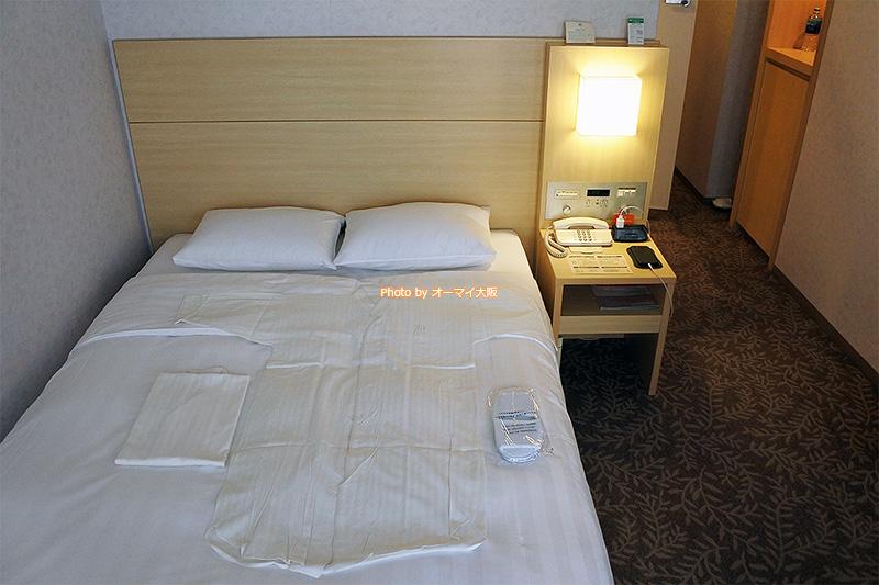 シングルルームですが、セミダブルのベッドが用意されていました。