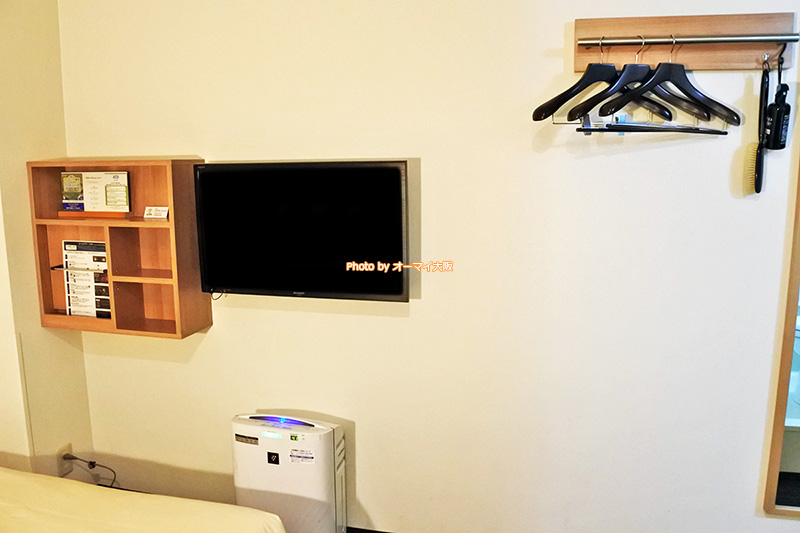 格安ビジネスホテル「スーパーホテルなんば日本橋」は客室のスペースを確保するため、テレビが壁掛けになっています。