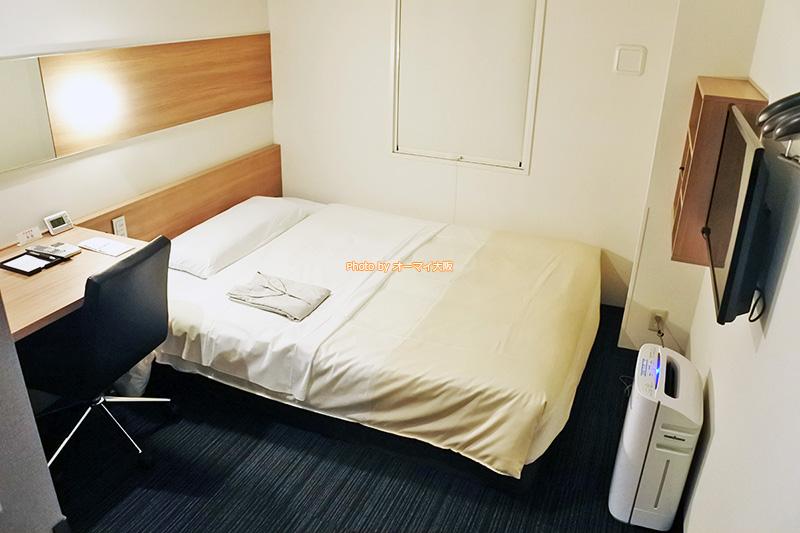 シンプルな「スーパーホテルなんば日本橋」のシングルルームですが、必要な設備とアメニティがそろっています。