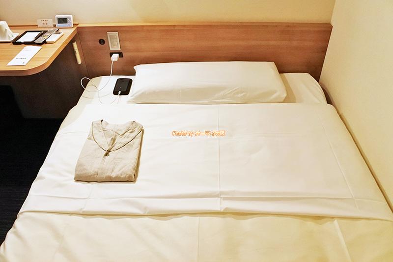 格安ビジネスホテル「スーパーホテルなんば日本橋」は一番リーズナブルなシングルルームでもスマホやタブレットを充電するための電気コンセントがしっかりと完備されています。