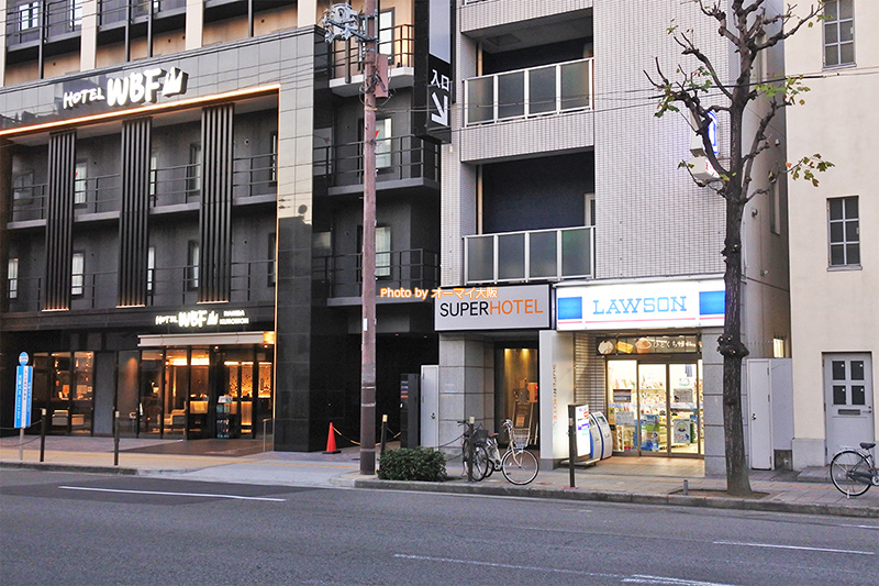 たくさんの観光客が訪れる黒門市場の近くにある「スーパーホテルなんば日本橋」の外観です。
