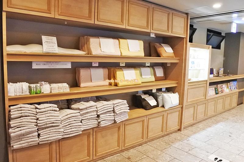 ビジネスホテル「スーパーホテル」は、アメニティを客室ではなく、フロントに用意するスタイルです。