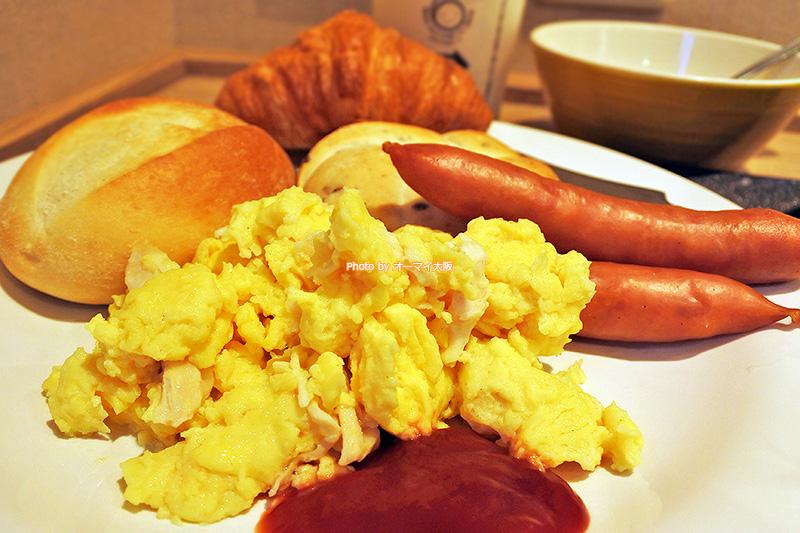 ビジネスホテル「スーパーホテルなんば日本橋」の朝食バイキングは、回転が速く、できたての料理を食べられるところが最高です。