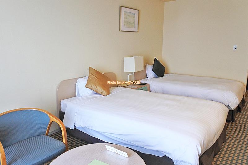 ベッドと窓の間に置かれているテーブルとイスが地味に便利でした。