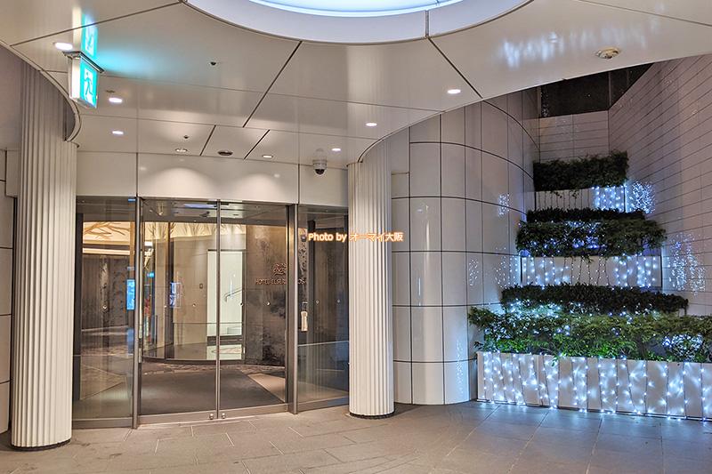 地下の入口を使えば、JR大阪駅から「ホテルエルセラーン大阪」へ雨に濡れずに移動できます。