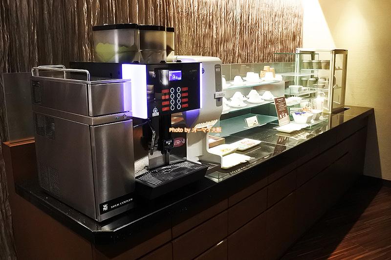 最上階のグランヴィアフロアに宿泊すると、専用ラウンジにあるソフトドリンクだけでなく、人気のお菓子やチョコレートも無料で楽しめます。