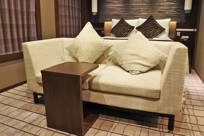 グランヴィアフロアのプラシードダブルはベッドもデスクもチェアもソファーも快適です。
