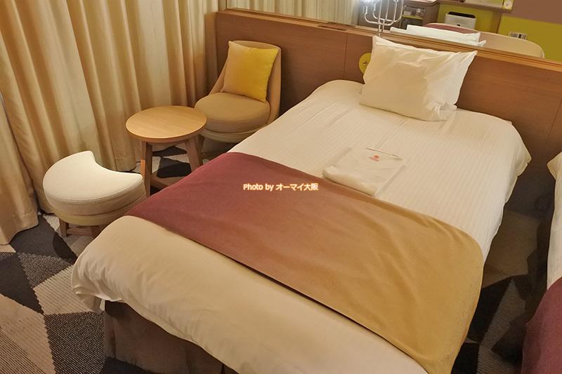 ベッドは幅110センチのシングルベッドが2台。2人で宿泊するなら十分なスペースです。