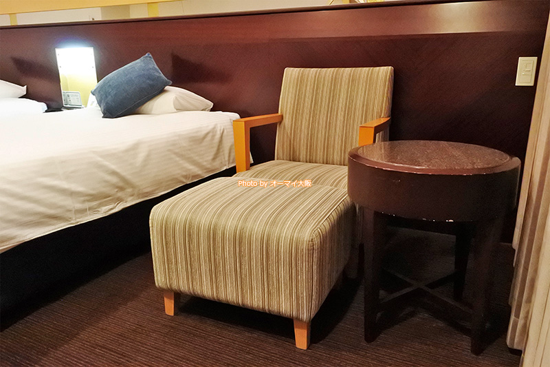 ベッドだけでなく、イスやソファーにもこだわった「ホテル京阪ユニバーサルタワー」の客室です。