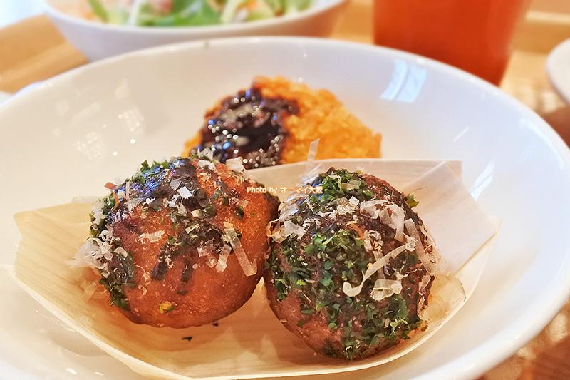 大阪の名物、たこ焼きも朝食のメニューに並んでいました。