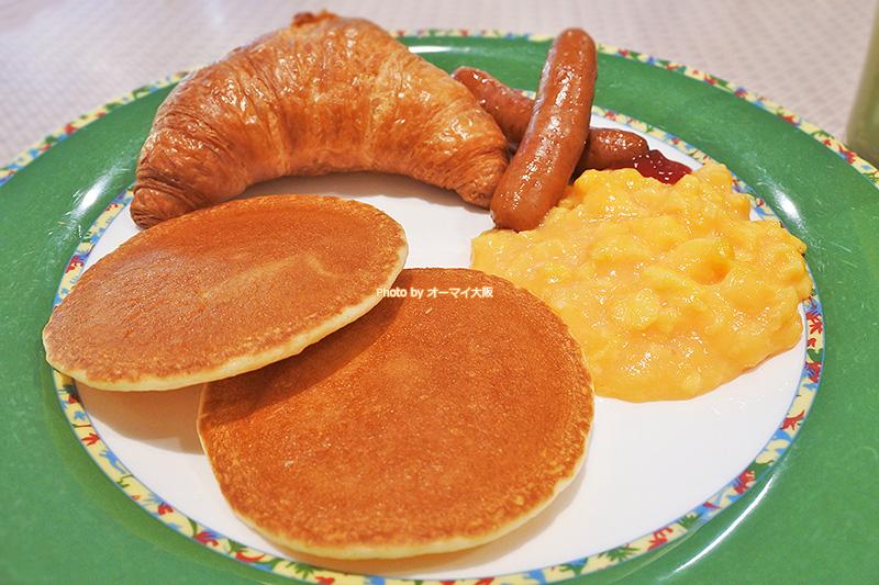 パンケーキとスクランブルエッグは朝食ブッフェの人気メニューです。
