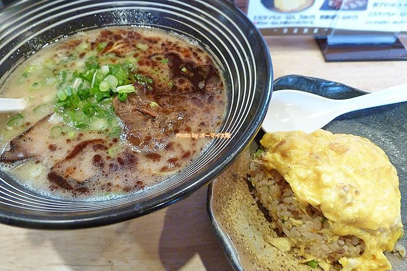 ラーメン「麺や 七(なな)」の軟骨チャーシュー付きラーメンと絶品チャーハンのランチセット。ランチ限定の価格は900円です。