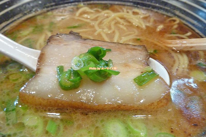 ラーメン「麺や 七(なな)」の豚骨しょうゆラーメンは2種類のチャーシューがトッピングされています。2つの味が楽しめるチャーシューが人気です。