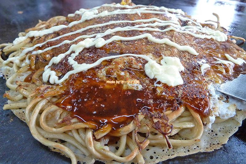 人気店「脇坂(わきさか)」のお好み焼きは、広島風お好み焼きに似ている、おいしいお好み焼きです。
