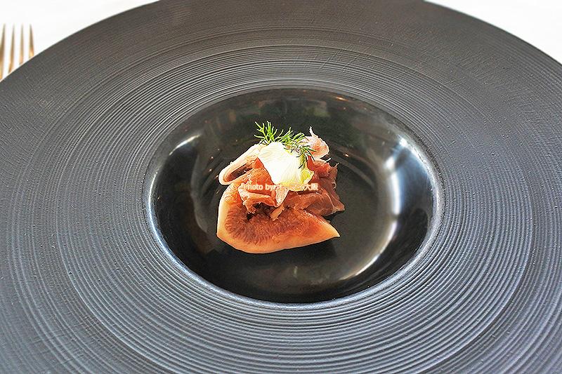 イタリアンレストラン「ベラコスタ」のランチコースの前菜はイチジクと生ハムのマリネでした。