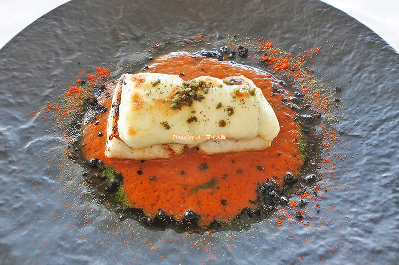 人気イタリアンレストラン「ベラコスタ」が誇る本日の魚料理(魚のメインディッシュ)はイトヨリダイのモッツァレラチーズ焼きでした。