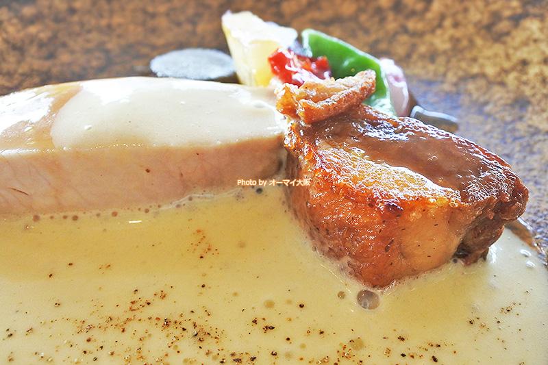 カルボナーラのエスプーマが能登豚のおいしさを引き出しています。さすがは「リーガロイヤルホテル大阪」が誇る「ベラコスタ」の仕事です。
