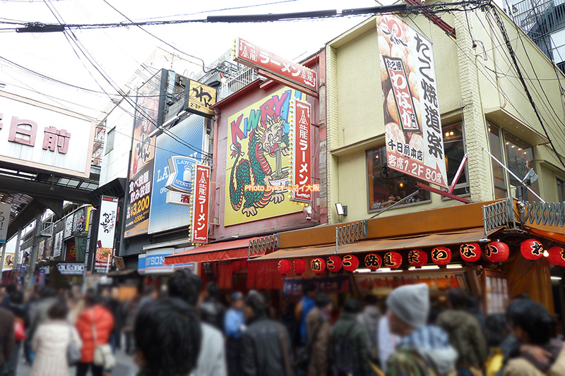 たこ焼き「わなか 千日前本店」は観光客に人気。行列ができていても、回転が早いので、それほど待つことなくオーダーできます。