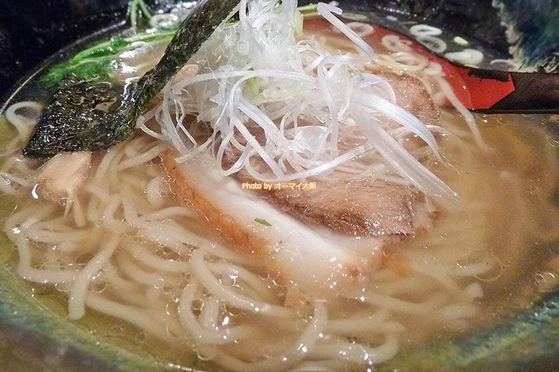 塩ラーメン「龍旗信RIZE(りゅうきしんライズ)大阪なんば店」の「塩そば」。シンプルな彩りに自信を感じる一杯です。