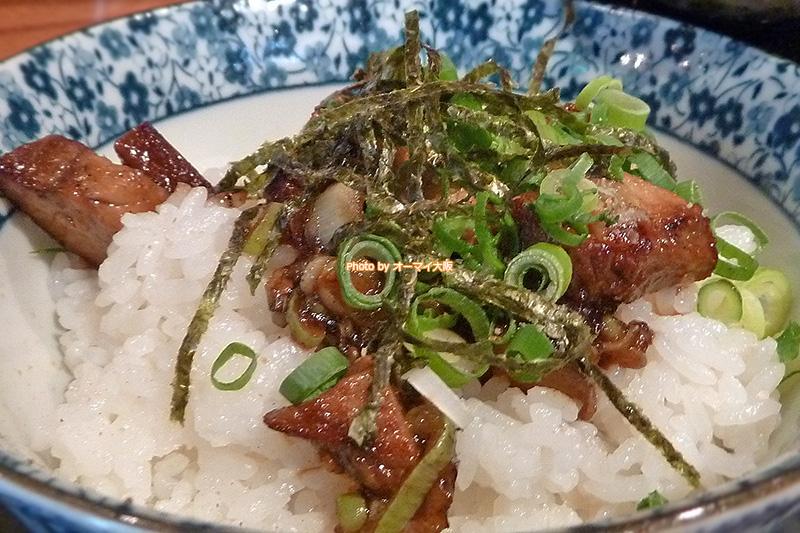 塩ラーメン「龍旗信RIZE 大阪なんば店」の「チャーシューごはん」。炭水化物を愛するラーメンファンにおすすめの組み合わせです。
