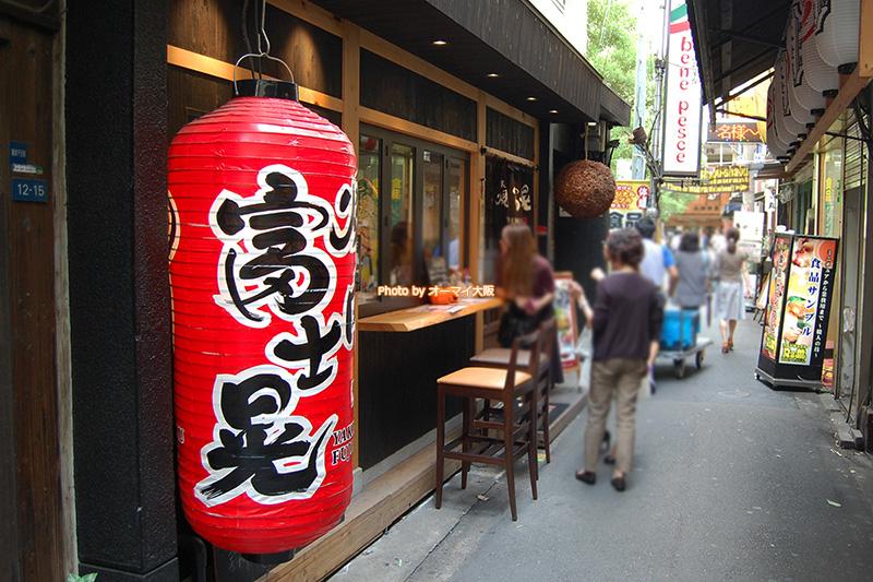 焼肉「富士晃(ふじあき)」の外観。観光客のみなさんにとって、少しわかりづらい場所にあるかもしれません。