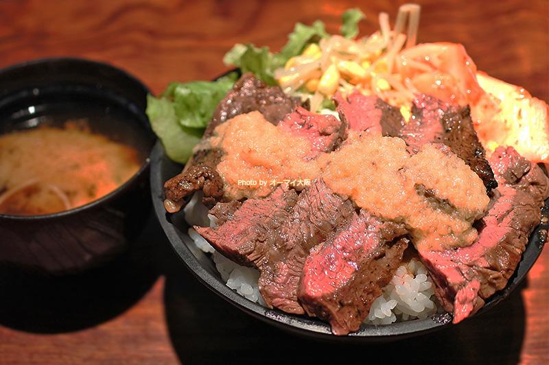 盛り付けが美しい「富士晃」のハラミステーキ丼です。