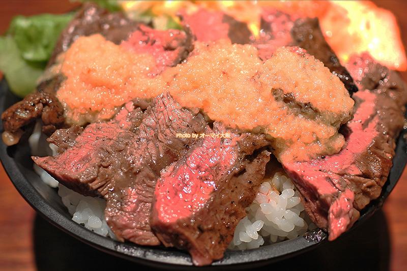 焼肉「富士晃」のハラミステーキ丼は特製のタレがかかっています。