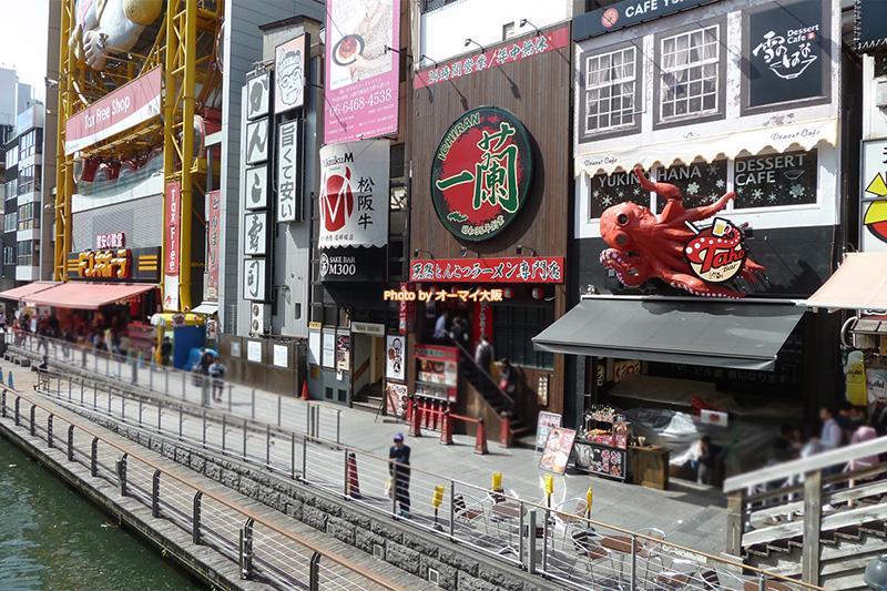 大阪メトロなんば駅やJR難波駅から歩いてアクセスできる「一蘭(いちらん)道頓堀店本館」。週末は行列ができる人気店です。