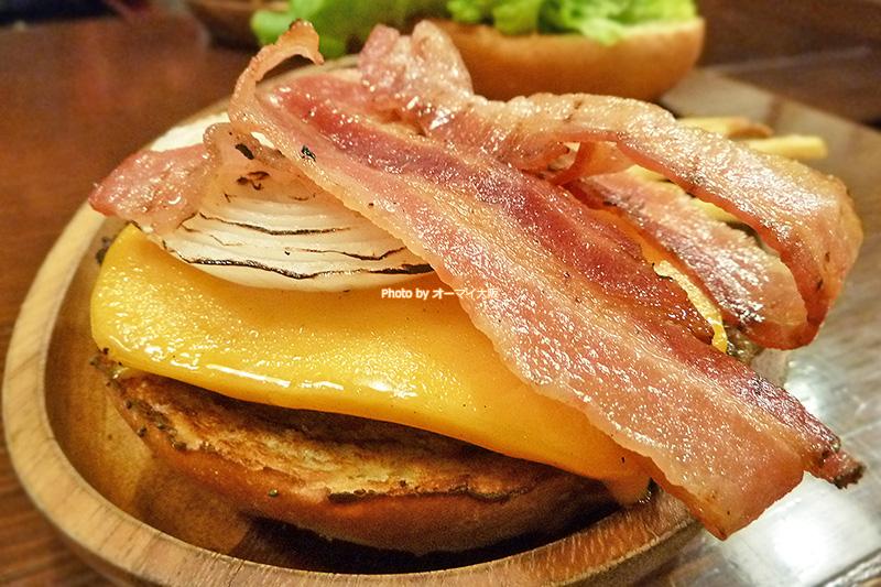 ハワイで人気の厚切りチェダーチーズのベーコンバーガー。大阪の「クアアイナ なんばパークス店」でも絶大な人気を誇ります。