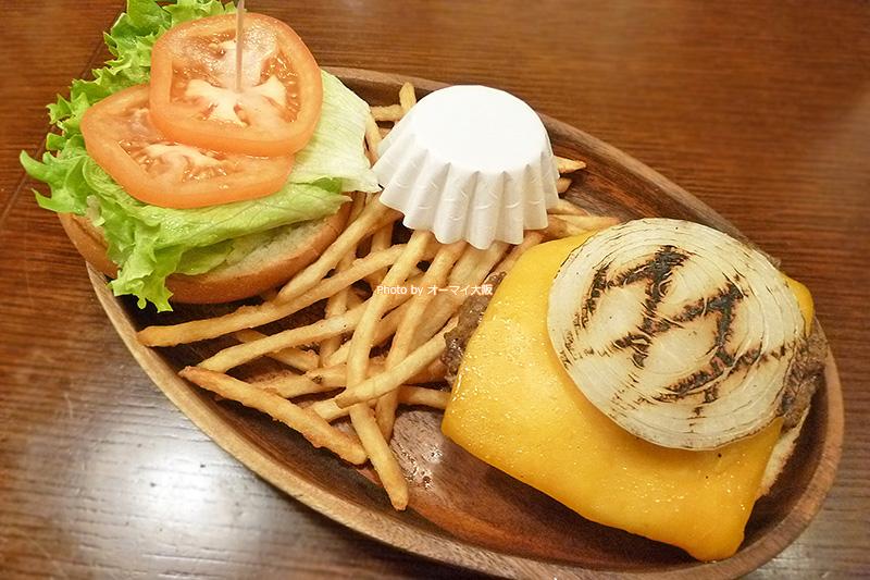ハワイ発祥の「クアアイナ」の絶品ハンバーガーを「なんばパークス店」で味わえます。