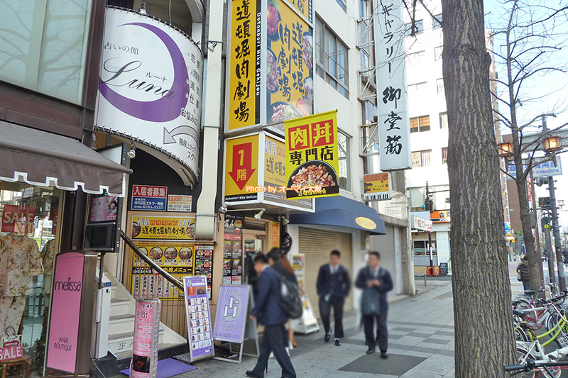 御堂筋にある「道頓堀肉劇場」。ランチタイムは行列ができる焼肉の人気店です。