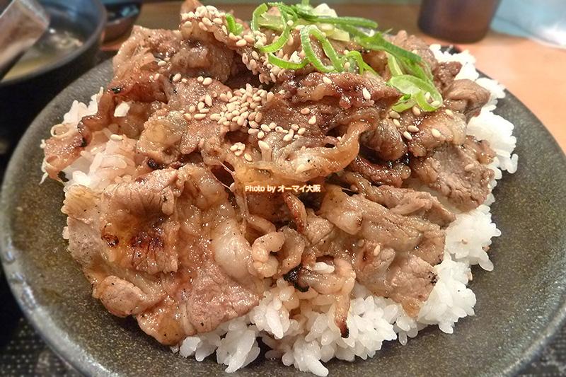 カルビ丼は790円。お店が大阪ミナミの真ん中にあることを考えると、価格は良心的ではないでしょうか?