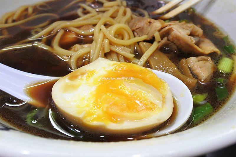 トッピングの「味付半熟煮玉子」はトロトロです。麺だけでなく、スープともよく合います。