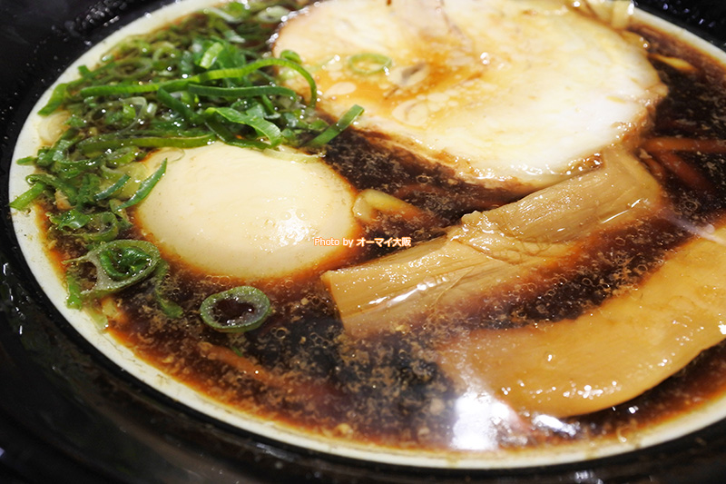 真っ黒なスープが特徴の「大阪ブラック」です。